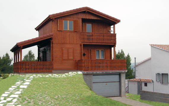 Casa de madera de tronco con garaje