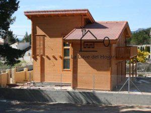 casa de diseño con fachada de tronco recto y balcón