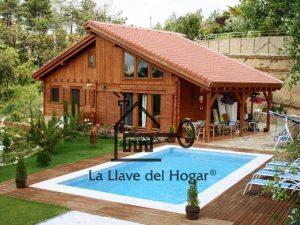 casa de madrera de diseño moderno con piscina