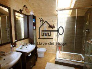 baño con dos lavamanos con paredes de tablilla