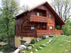 bonita casa de madera sobre garaje de obra