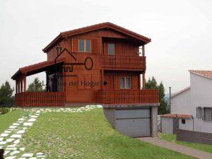 vivienda de madera de dos plantas sobre garaje de obra