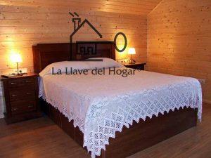 habitación de matrimonio clásica con paredes de madera