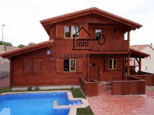vivienda de madera compuesta de dos plantas con piscina exterior