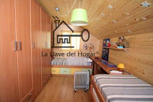 dormitorio de madera con dos camas individuales