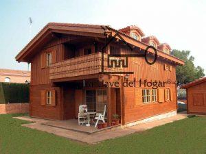 casa de madera modelo Veleta con ventanales en mansarda y fachada acabada con tronco recto