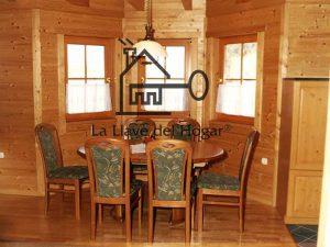 comedor acabado todo en madera, vigas del techo vistas y decorativas
