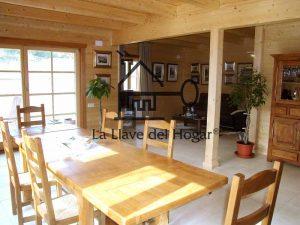 salón comedor con forjado de planta piso con vigas vistas de madera