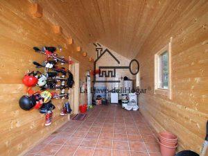 interior de garaje de madera en zona de esquí acoplado a la vivienda principal