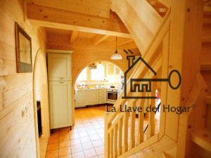 Escalera de madera en vivienda prefabricada