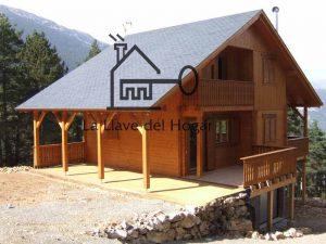 casa de madera modelo Cadí con tejado de pizarra y dos porches laterales
