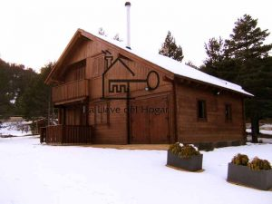 casa de madera modelo cadí con garaje incorporado en pistas de esquí paisaje nevado