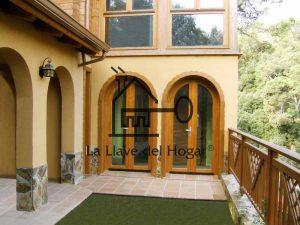 Casa de madera con ventanas redondas