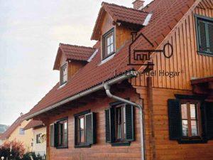tejado con mansardas de madera y ventanas en color verde