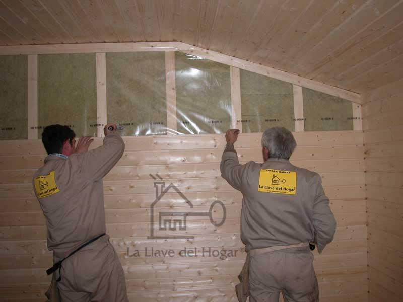 montadores colocando tablilla o friso en paredes