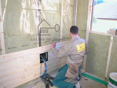 Montador colocando friso en paredes