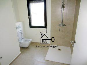 baño moderno con inodoro suspendido y plato ducha de resinas extra fino