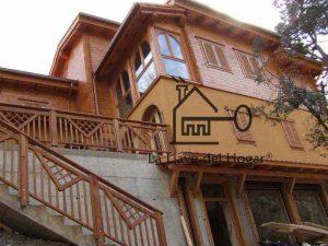 espectacular casa que combina fachada de obra y madera con barandillas exteriores de diseño