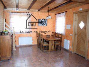interior de casa prefabricada con paredes estucado veneciano y vigas vistas tintadas de color oscuro