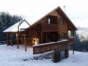 casa de madera nevada con tejado de pizarra