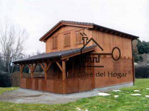 casa de madera con tejado marrón y porche trasero