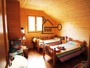 dormitorio doble con dos camas individuales
