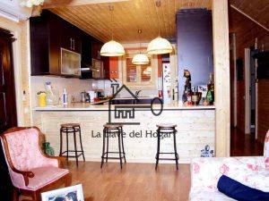 cocina americana con barra en casa de madera