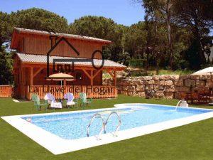 casa de madera con porche y piscina