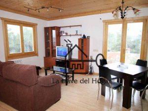 salón con suelo, ventanas y techo en madera