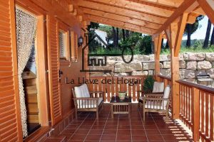 porche de madera con barandilla