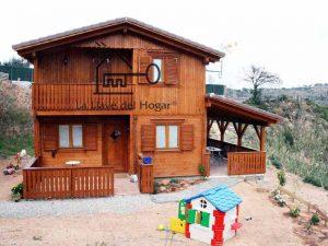 chalet de tronco recto en madera con porche integrado