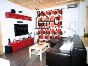 sala de estar con paredes blancas y suelo de madera