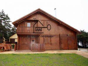 chalet de dos plantas con garaje en madera incorporado