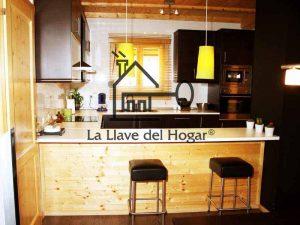 cocina abierta con barra en madera para comer y asientos