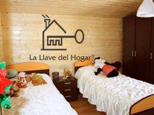 habitación doble con dos camas individuales y paredes en madera