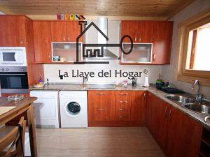 cocina con muebles superiores de vitrinas acristaladas