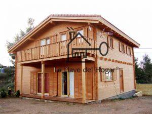 fachada de casa de madera de tronco recto con porticones correderos y balcón con barandilla