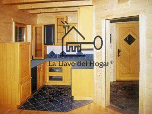 cocina original en casa de madera con vigas vistas