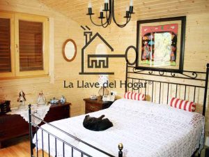 dormitorio principal con paredes en tablilla