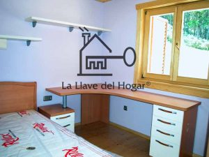 dormitorio individual de casa prefabricada de madera con paredes pintadas