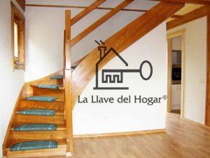 escalera interior de madera con peldaños cerrados
