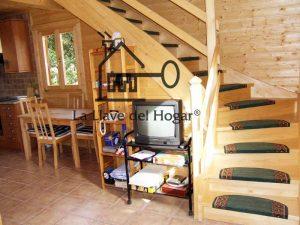 escalera de madera con alfombras en los peldaños