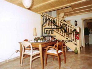 escalera de madera desde el salón