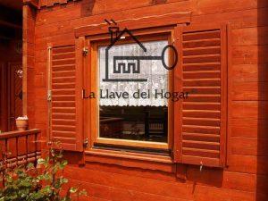 ventana de madera con porticones o contraventanas con sistemas de sujeción automáticos