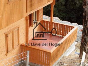 terraza con barandilla de madera