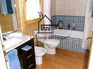 baño con friso en paredes