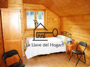 dormitorio individual con paredes compuesta por friso de madera de abeto de los alpes