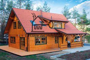 Mansión de madera con tejado inclinado