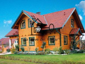 chalet de madera con varias cubiertas y ventanas color verde