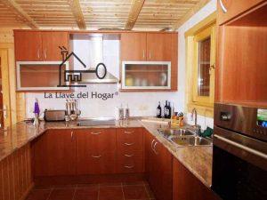 cocina abierta al salón en vivienda de madera